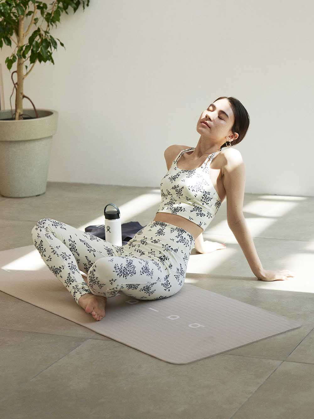 【emmi yoga】ONLINE限定リトルフラワーブラトップ&レギンスSET(OWHT-0)